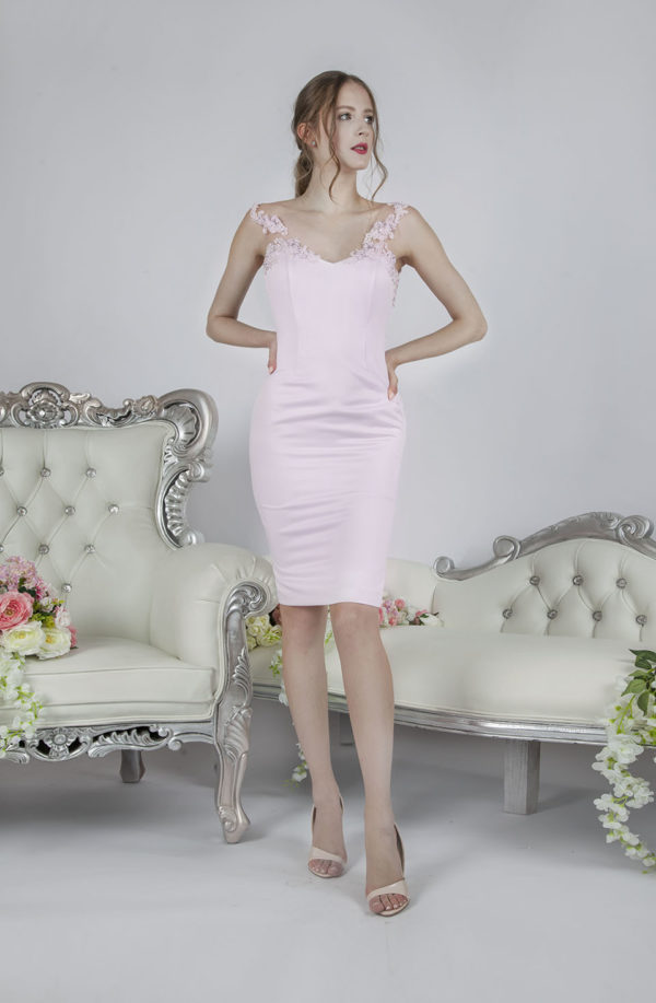 Belle robe de soirée moulante faite en satin et dentelle
