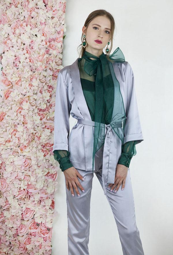 Tailleur argentée avec blouse vert émeraud