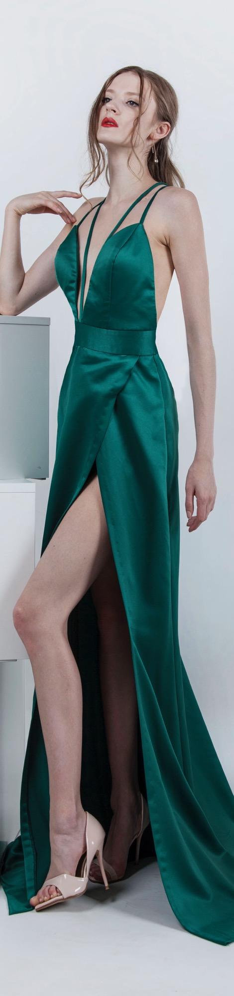 Robe de soirée ne satin de couleur vert émeraude