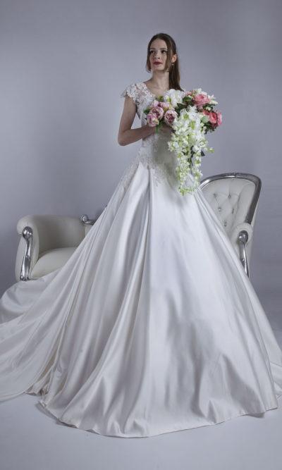 Robe de mariée grande taille faite en satin avec grande jupe