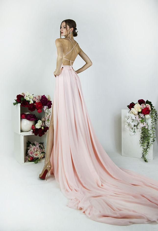 Robe de soirée décolleté sexy et fente au niveau de la jupe