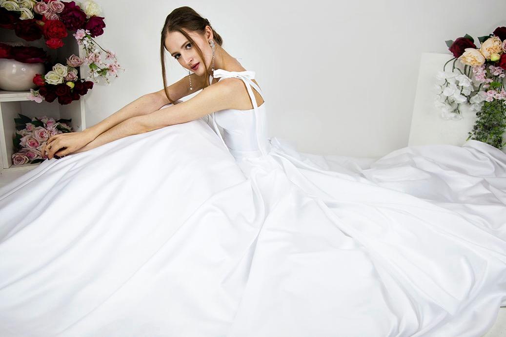 Découvrez la belle robe de mariée en satin blanc dans notre boutique à Paris