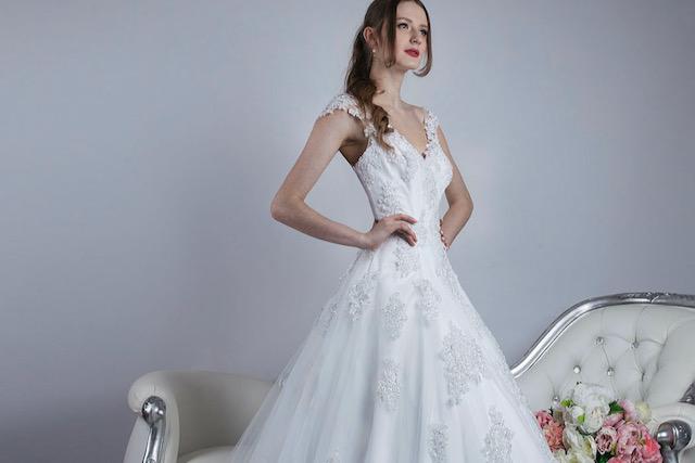Robe de mariée blance avec bretelles et jupe en dentelle brodée