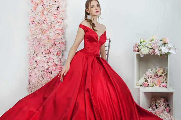Robe de bal rouge en satin pour la soirée des fiançailles